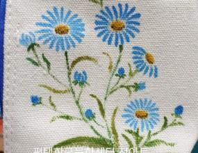 천아트~~매주 화요일 수업천에 직접 그릴 수 있는 패브릭아트 입니다.만들거나 완성된 원단에 꽃, 야생화 등등예쁘게 그릴 수 있어요세탁해도 지워지지 않아요